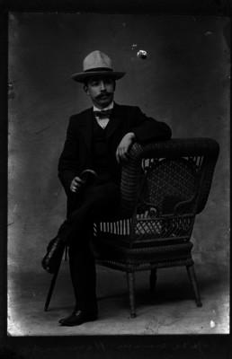 Jerónimo Hernández en una silla