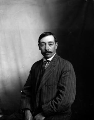 Jerónimo Hernández en un estudio fotográfico, retrato
