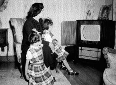 Esposa y nietas de Manuel Gual Vidal en una habitación
