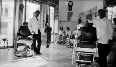 Gente en el interior de una peluquería, retrato