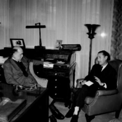 Norberto Bermann realizando una entrevista al gerente de un banco de México