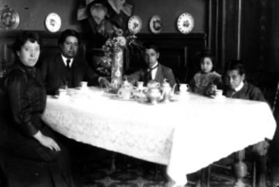 Federico García de Alba, periodista, y familia, retrato de grupo