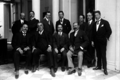 Rafael Alducín en compañía de hombres vestidos de traje