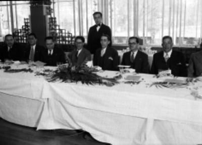 Manuel Pérez Treviño acompañado de periodistas durante un banquete
