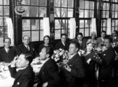 Manuel Espejel junto con periodistas durante un banquete