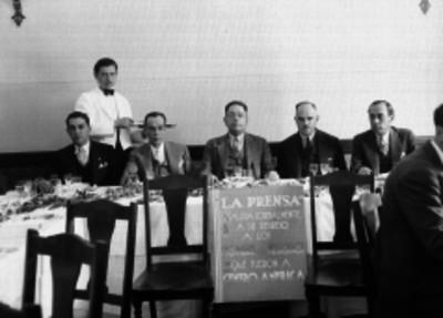 Manuel Espejel junto con un grupo de periodistas y empresarios durante un banquete