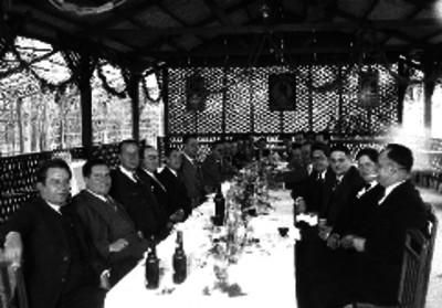 Manuel Espejel junto con otros hombres durante un banquete en un Kiosko