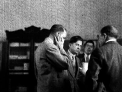 Manuel Espejel conversando con funcionarios