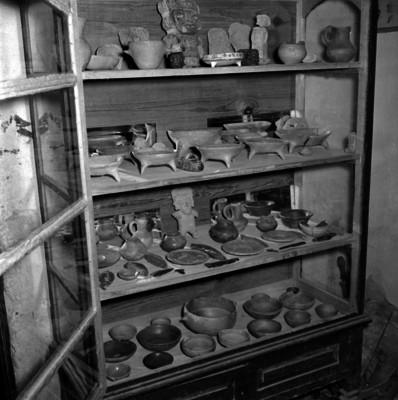 Vitrina de un museo con utensilios de cocina y alfarería prehispánica