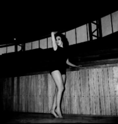 Mujer en una lección de gimnasia rítmica