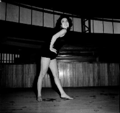Mujer en lección de gimnasia rítmica
