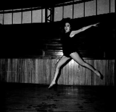Mujer en clase de gimnasia rítmica