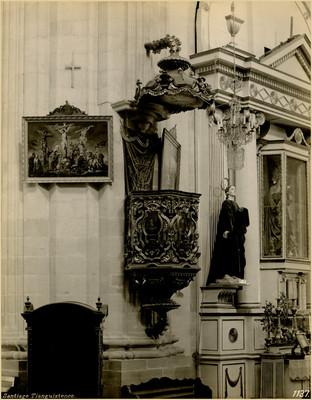 Púlpito y altar