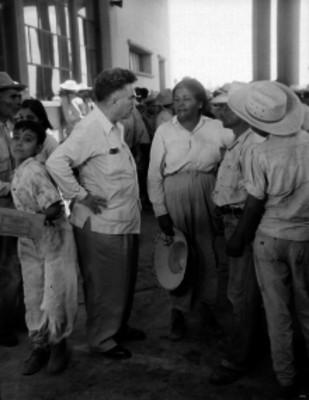 Braceros fuera de las oficinas de la aduana de Nuevo Laredo, retrato