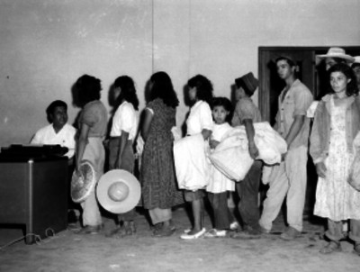 Braceros en la oficina de la aduana de Nuevo Laredo, retrato