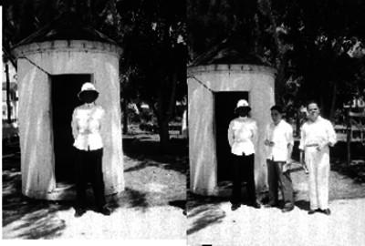 Soldado posando junto a una tienda de campaña en un parque, retrato