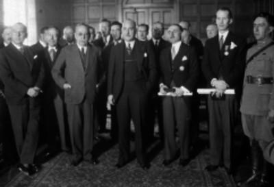 J. Manulel Puig Casauranc con diplomáticos Italianos en el interior de la embajada, retrato