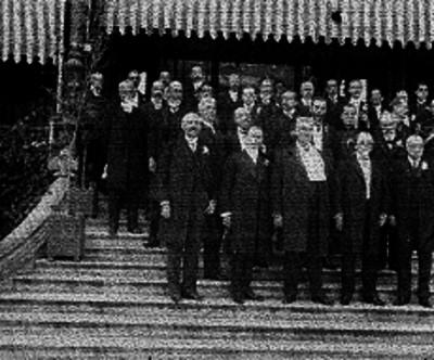 Manuel González Cosío con un grupo de funcionarios públicos y diplomáticos en una escalinata, retrato de grupo