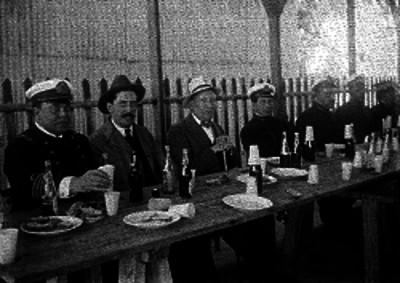 Malbran acompañado de diplomáticos en una comida, retrato