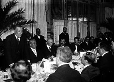 Malbran y miembros del diplomado en un banquete, retrato