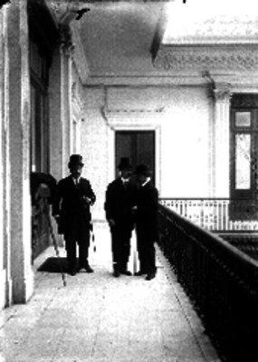 Diplomáticos en el pasillo de un edificio