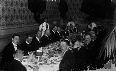 Embajador de Bélgica y diplomáticos conviven en un banquete