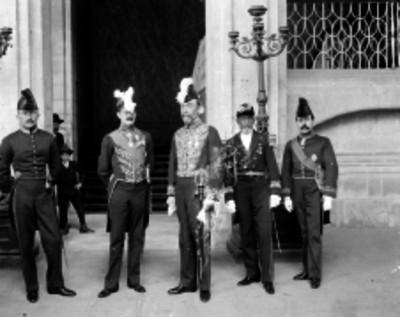 Embajador Inglés en compañía de introductores en el Palacio Nacional