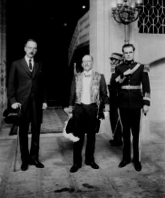 Librado Abitia acomapañado por otros dos miembros diplomáticos al pie de unas ecaleras en Palacio Nacional, retrato