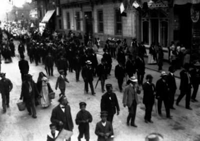 Diplomáticos participan en un desfile en conmemoración a Benito Juárez