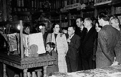 Henry A. Wallace y funcionarios en el templo de San Agustín