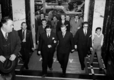 Henry A. Wallace entrando a un recinto con demas funcionarios