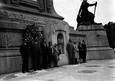 Miembros del comite de acción recreativa durante una guardia de honor al pie de la Columna de la Independencia