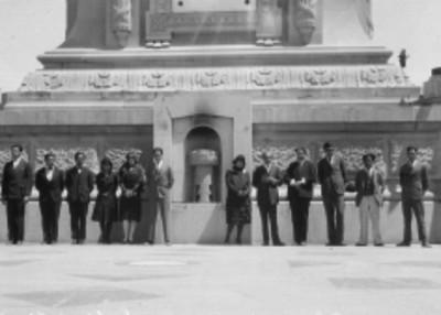 Miembros del Departamento de Educación Física de la Universidad Nacional y personal del Conservatorio Téllez ante la columna de Independencia
