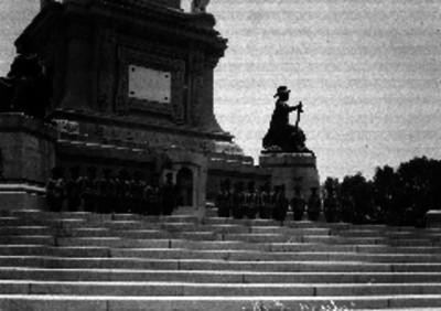Militares de caballería haciendo guardia en la columna a la Independencia