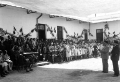 Asociaciones civiles y escolares durante un acto cívico en el patio de una escuela