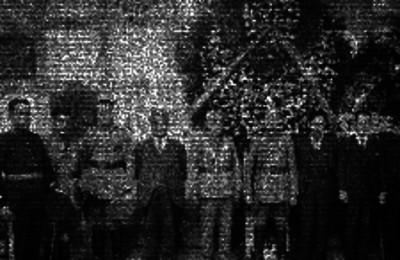 Funcionarios y militares en un panteón probablemente acompañando a uno de sus compañeros caidos, a su ultima morada, retrato