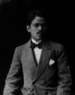 Hombre de traje y anteojos, retrato
