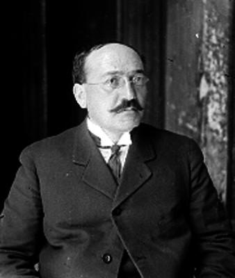 Hombre con traje y anteojos, retrato