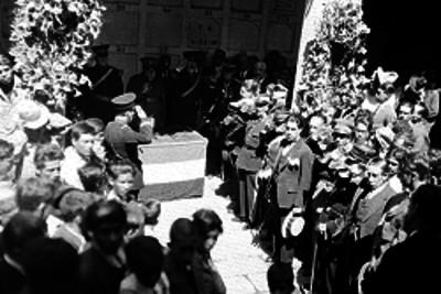 Veteranos y gente en una ceremonia de homenaje a los restos de Benito Juárez, en el panteón de San Fernando, retrato