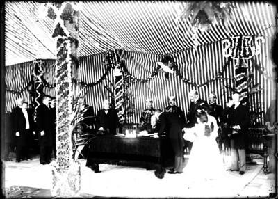 Porfirio Díaz firma documento durante una ceremonia en las fiestas de la Covadonga
