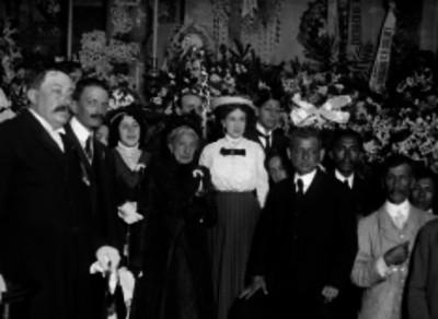 La nieta de Hidalgo con gente de edad durante un homenaje a su abuelo, retrato
