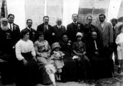 La nieta de Hidalgo con mujeres y hombres, retrato