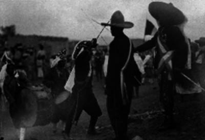 Charros y hombres con vestimenta moros cristianos en la fiesta del 5 de mayo, en el Peñón de los Baños