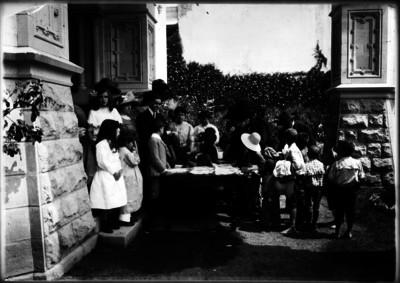 Entrega de prendas de vestir a niños en el patio de una residencia