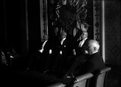 Porfirio Díaz es condecorado a nombre del rey de España, le acompañan Ramón Corral y Enrique Creel