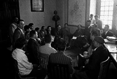 Antonio Villalobos preside una reunión de trabajo con empleados públicos en una oficina