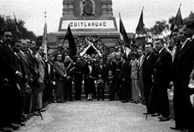 Alfonso Pruneda y otras personas en homenaje a Cuauhtémoc