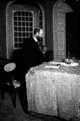 Miembros de la Cámara de Comercio haciendo uso de su palabra durante una reunión