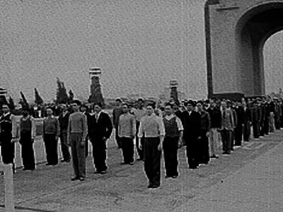 Grupo de conscriptos defialndo en la plaza del monumento a la revolución