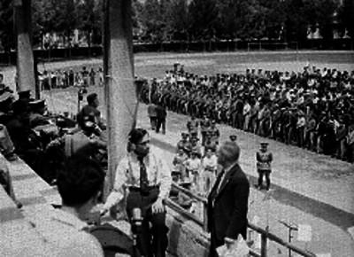 Soldados y conscriptos en una campo militar celebrando una ceremonia militar
